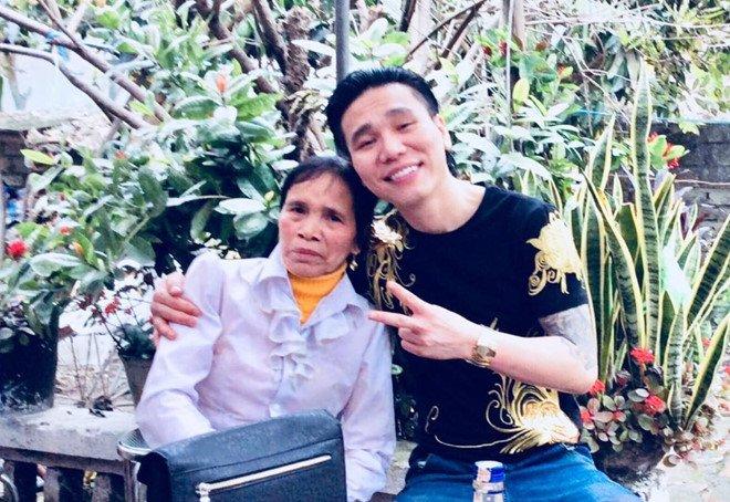 'Ca si Chau Viet Cuong om vo khoc tai don cong an' hinh anh 2