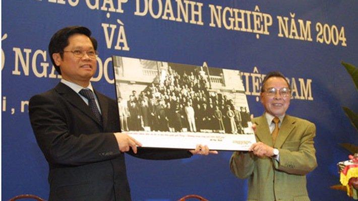 Thu tuong Phan Van Khai: Tu choi ngoi khoang may bay cao cap xuong ngoi cung anh em hinh anh 2