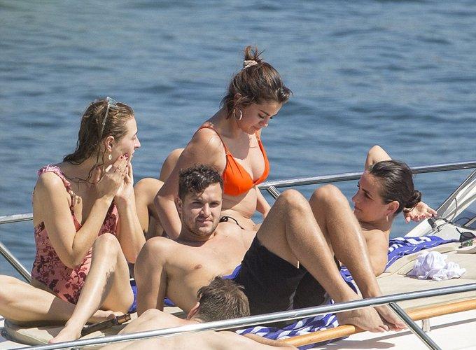 Selena Gomez mac bikini de lo vet seo tu lan phau thuat ghep than hinh anh 6