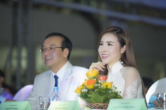 Hoa hau Hoang Dung khoe ve quyen ru tren hang ghe giam khao hinh anh 1