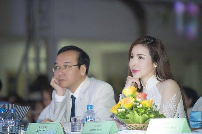 Hoa hau Hoang Dung khoe ve quyen ru tren hang ghe giam khao hinh anh 2