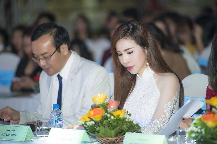 Hoa hau Hoang Dung khoe ve quyen ru tren hang ghe giam khao hinh anh 3