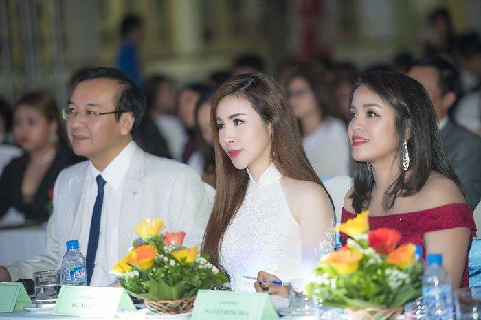 Hoa hau Hoang Dung khoe ve quyen ru tren hang ghe giam khao hinh anh 4