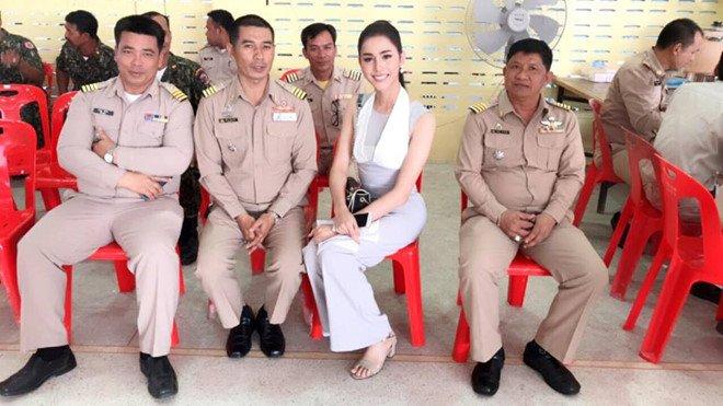 Hoa hau chuyen gioi Thai Lan gay chu y khi di kham nghia vu quan su hinh anh 4