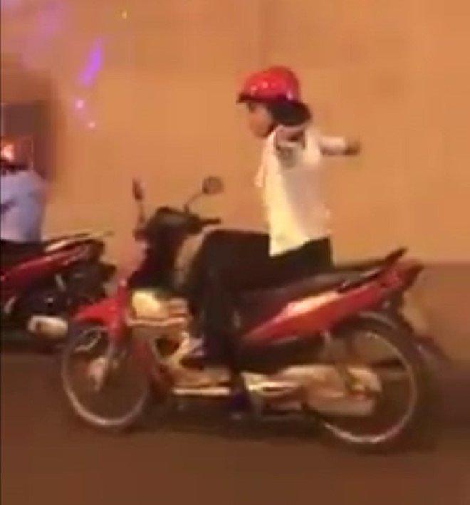 Co gai vat chan, buong 2 tay 'dien xiec' tren xe may trong ham Kim Lien hinh anh 1