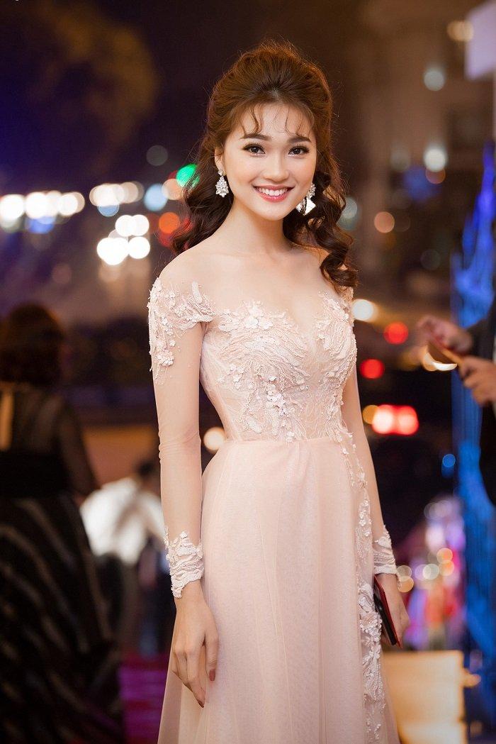 Co gai co guong mat dep nhat Hoa hau Hoan vu 2017 long lay tren tham do hinh anh 1