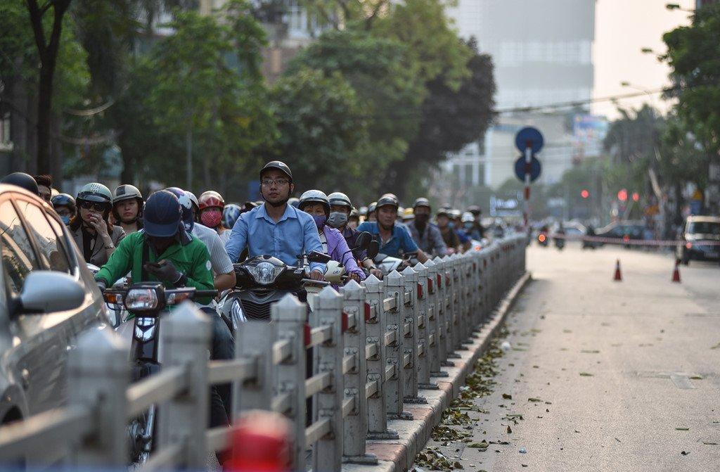 Chan 1 chieu duong Cat Linh de thi cong, xe co un u gio cao diem hinh anh 13