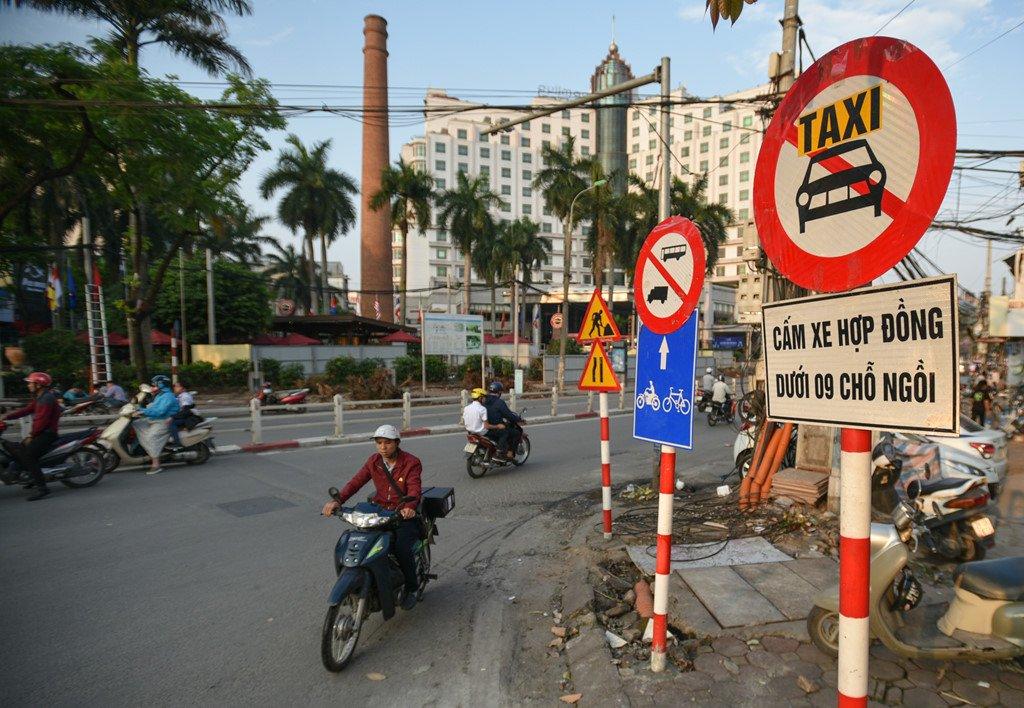 Chan 1 chieu duong Cat Linh de thi cong, xe co un u gio cao diem hinh anh 2