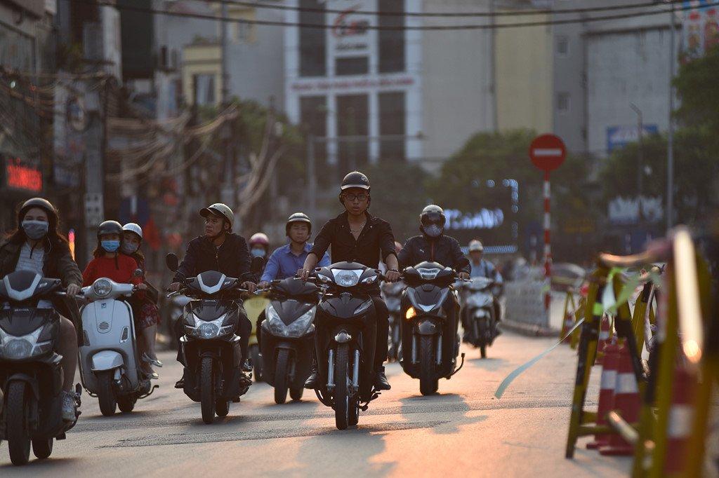 Chan 1 chieu duong Cat Linh de thi cong, xe co un u gio cao diem hinh anh 3