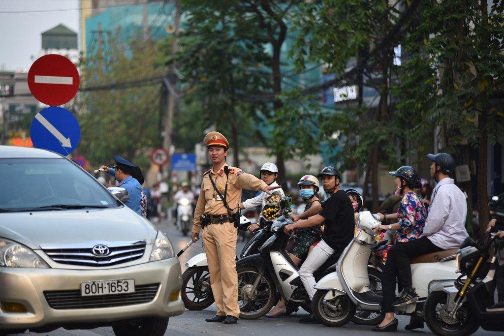 Chan 1 chieu duong Cat Linh de thi cong, xe co un u gio cao diem hinh anh 7