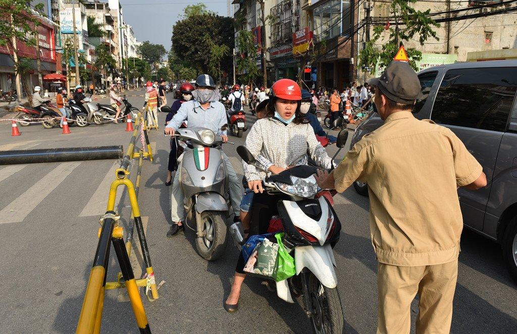 Chan 1 chieu duong Cat Linh de thi cong, xe co un u gio cao diem hinh anh 9