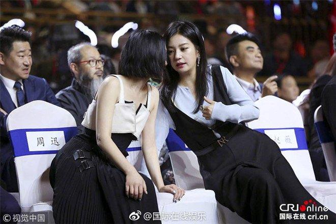 Sau bat hoa, Trieu Vy va Chau Tan om vai ba co khi gap nhau hinh anh 1