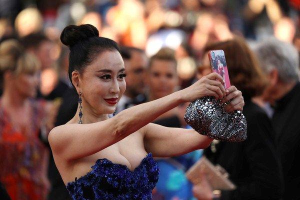 Hoa hau 'vo ech' tren tham do Cannes bi khan gia keu goi tay chay hinh anh 3