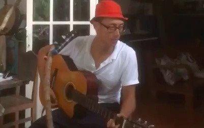Rocker Nguyen gay go ngoi hat 'Diem xua' tai quan ca phe o Con Dao hinh anh 1