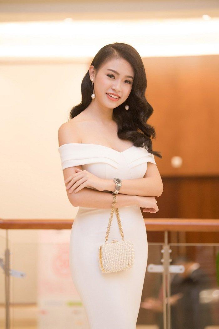 Phung Bao Ngoc Van khoe vai tran quyen ru khong the roi mat hinh anh 1