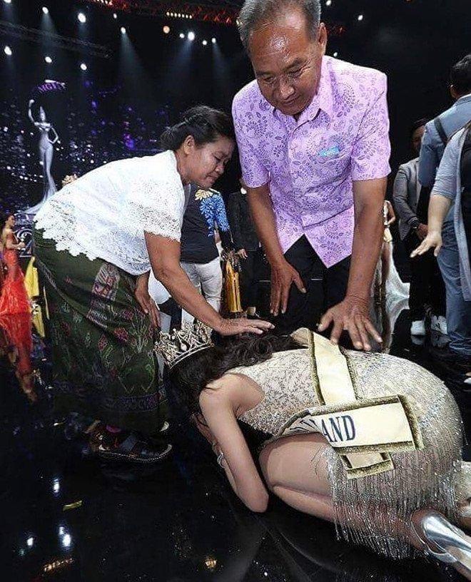 Hoa hau Hoa binh Thai Lan quy lay cam on cha me sau khi dang quang hinh anh 2