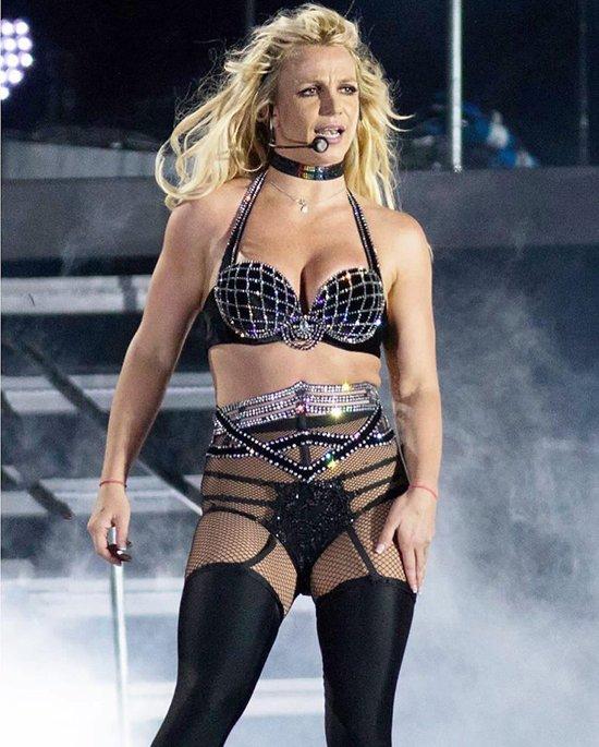 Britney Spears khong nho dang bieu dien o dau hinh anh 1