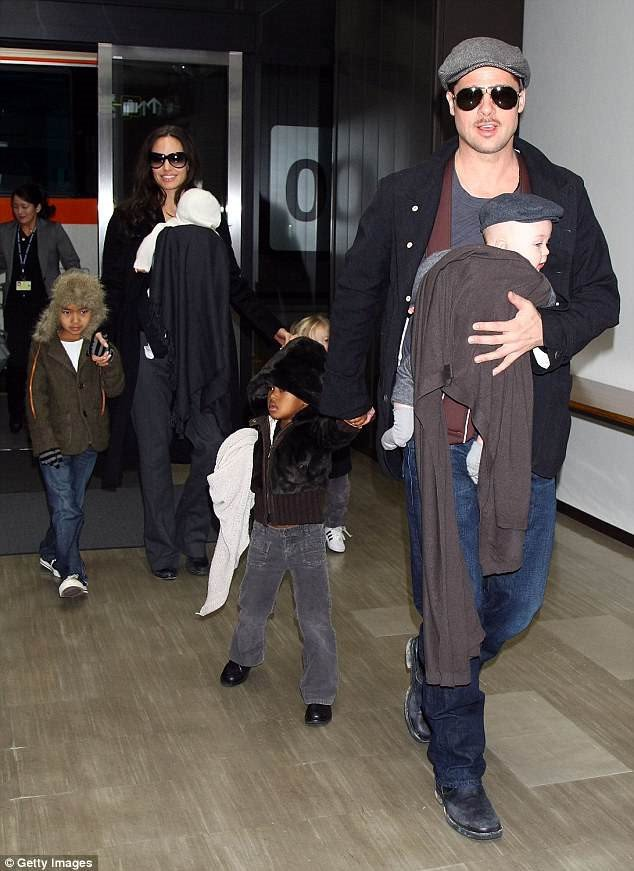 Angelina Jolie noi gian vi Brad Pitt dan gianh duoc quyen nuoi con hinh anh 2