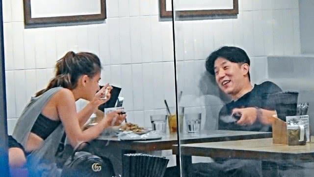 Con trai Thanh Long hen ho ai nu ty phu song bai hinh anh 1