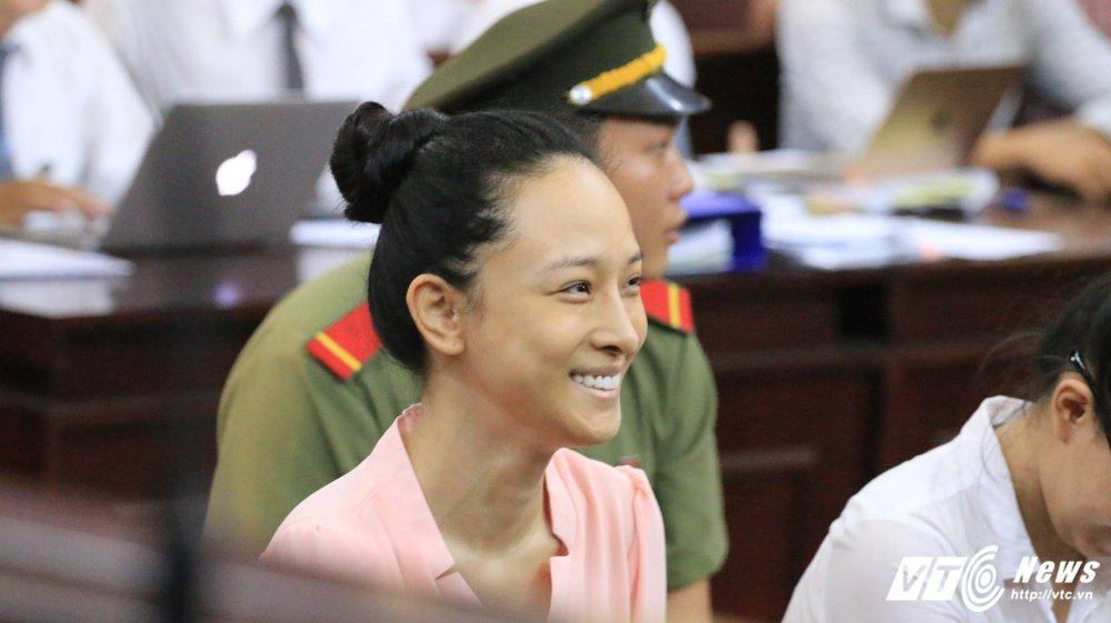 Video: Bi cao Phuong Nga khai bi dieu tra vien doa treo 1 tay, bat dung tren mot ngon chan hinh anh 1