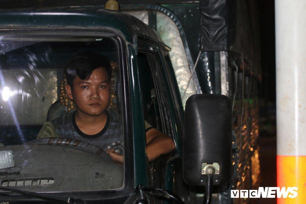Hon loan tai BOT Can Tho - Phung Hiep: Nguoi dung co thu 1 tieng, ke lui xe chan ngang quoc lo hinh anh 1