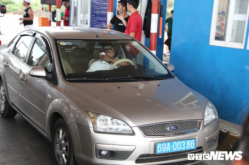 Khong chiu mua ve qua BOT Soc Trang, tai xe o to bien xanh bi moi ve tru so tram lam viec hinh anh 2