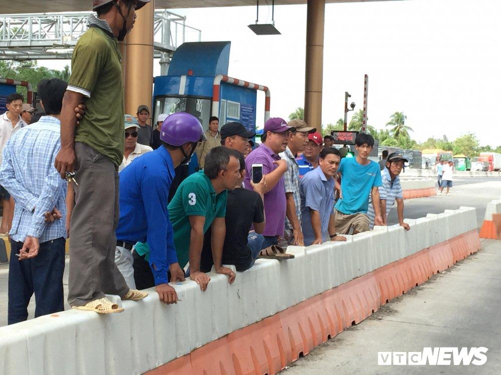 Hon loan tai BOT Soc Trang: Xuat hien nguoi la danh tai xe roi tron vao tru so tram thu phi hinh anh 12