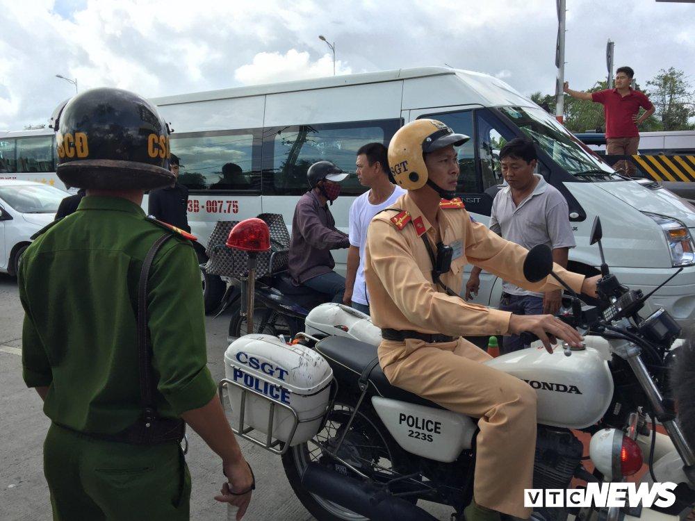 Hon loan tai BOT Soc Trang: Xuat hien nguoi la danh tai xe roi tron vao tru so tram thu phi hinh anh 15