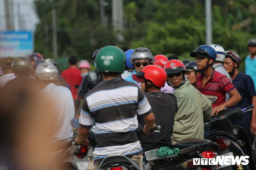 Hon loan tai BOT Soc Trang: Xuat hien nguoi la danh tai xe roi tron vao tru so tram thu phi hinh anh 6
