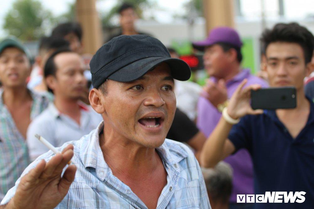 Hon loan tai BOT Soc Trang: Xuat hien nguoi la danh tai xe roi tron vao tru so tram thu phi hinh anh 4