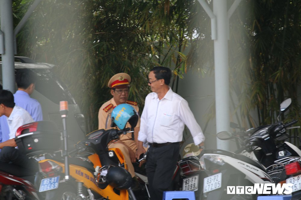 Hon loan tai BOT Soc Trang: Xuat hien nguoi la danh tai xe roi tron vao tru so tram thu phi hinh anh 9