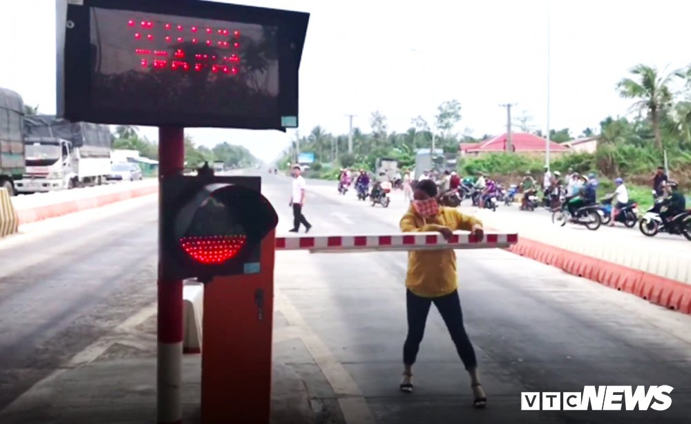 Hon loan tai BOT Soc Trang: Nu hanh khach be gay barie giup tai xe lai xe qua tram hinh anh 1