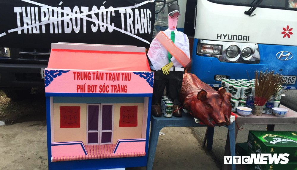 Tai xe mang nha ma, heo quay, ga vit den tram BOT Soc Trang hinh anh 1