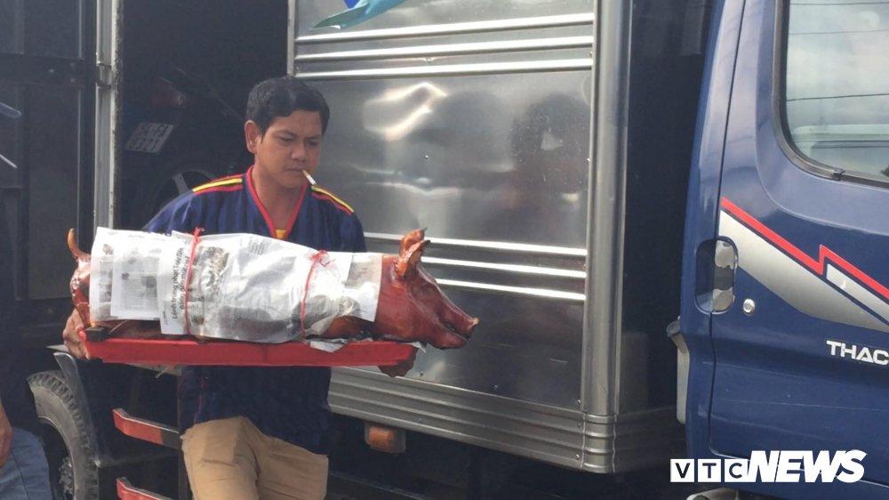 Anh: Tai xe mang heo quay den tram BOT Soc Trang hinh anh 4