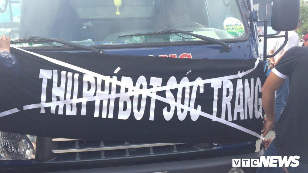 Anh: Tai xe mang heo quay den tram BOT Soc Trang hinh anh 3