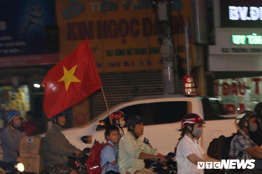 Nguoi gia, tre nho mang Quoc ky xuong duong mung U23 Viet Nam vao chung ket hinh anh 2