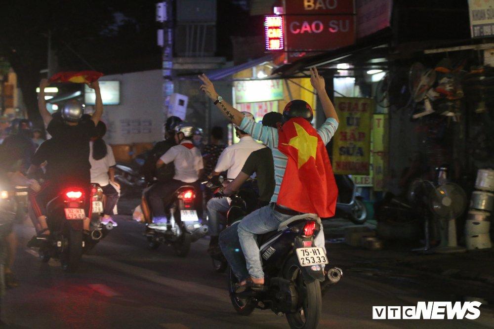 Nguoi gia, tre nho mang Quoc ky xuong duong mung U23 Viet Nam vao chung ket hinh anh 3
