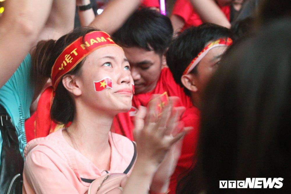 Anh: Nguoi ham mo Sai Gon khoc nuc no khi U23 Viet Nam thua vao phut cuoi hinh anh 8