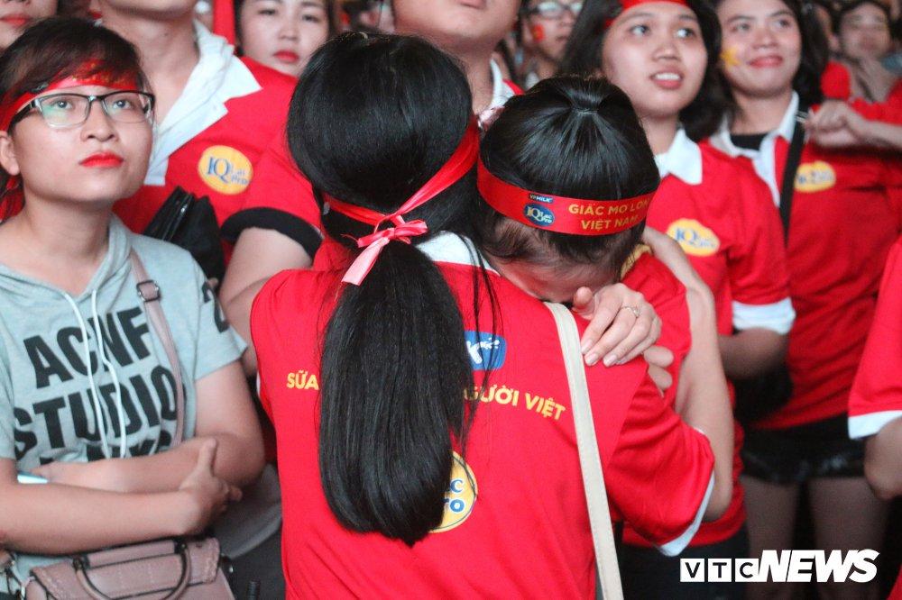 Anh: Nguoi ham mo Sai Gon khoc nuc no khi U23 Viet Nam thua vao phut cuoi hinh anh 5