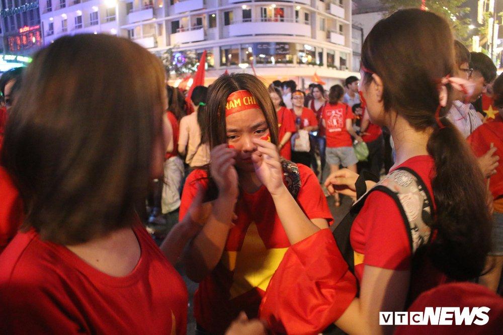 Anh: Nguoi ham mo Sai Gon khoc nuc no khi U23 Viet Nam thua vao phut cuoi hinh anh 7
