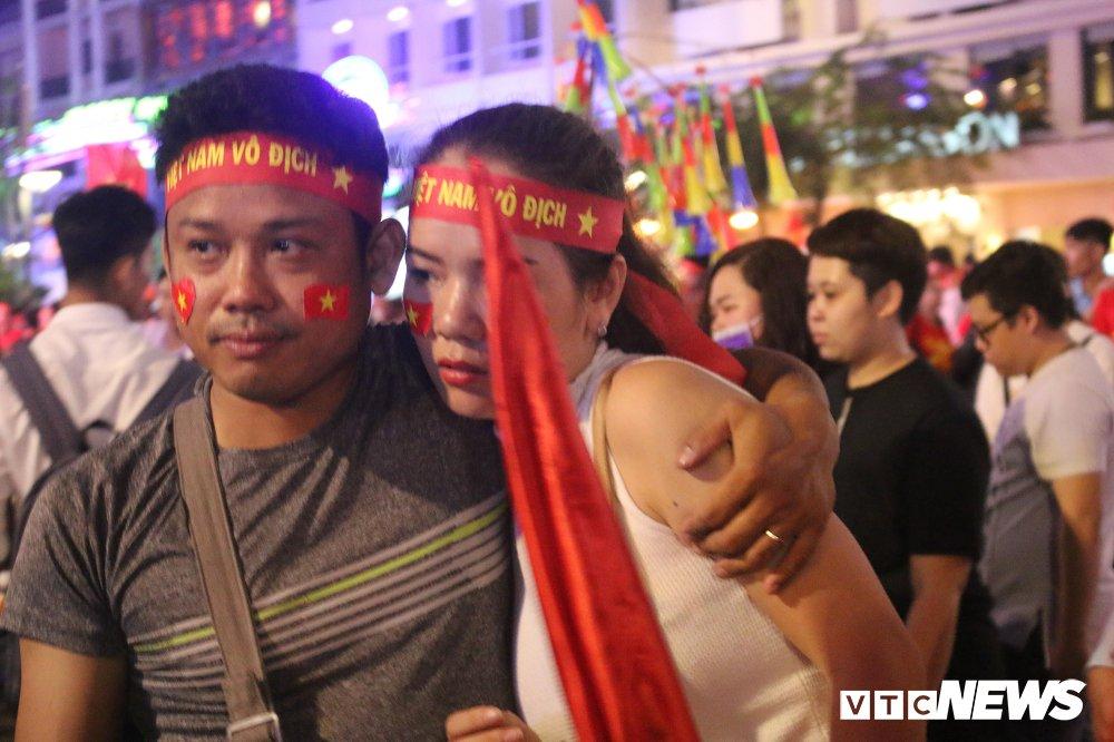Anh: Nguoi ham mo Sai Gon khoc nuc no khi U23 Viet Nam thua vao phut cuoi hinh anh 9