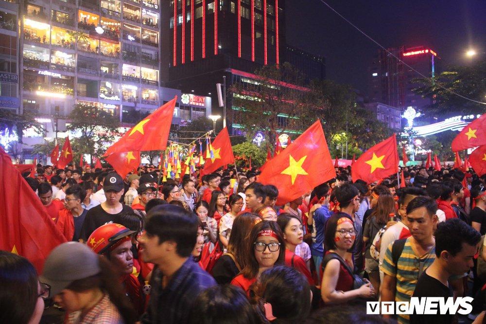 Anh: Nguoi ham mo Sai Gon khoc nuc no khi U23 Viet Nam thua vao phut cuoi hinh anh 1