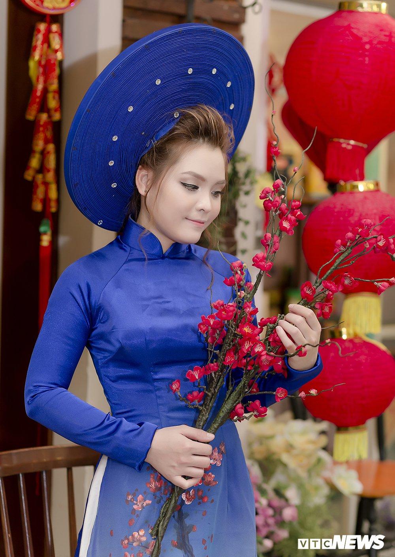 Thieu nu Sai Gon xinh dep mac ao dai truyen thong don Tet co truyen hinh anh 6