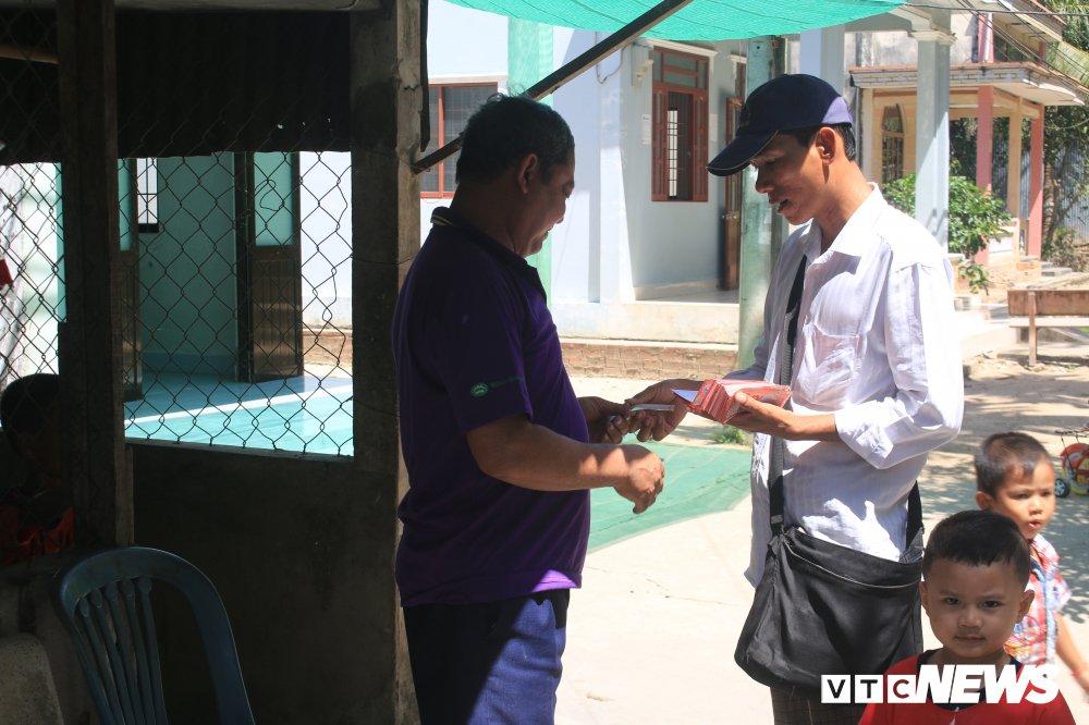 'Ong chu' ban ve so dao o mien Tay thi dau cong chuc: Gioi tieng Anh va Tin hoc hinh anh 3