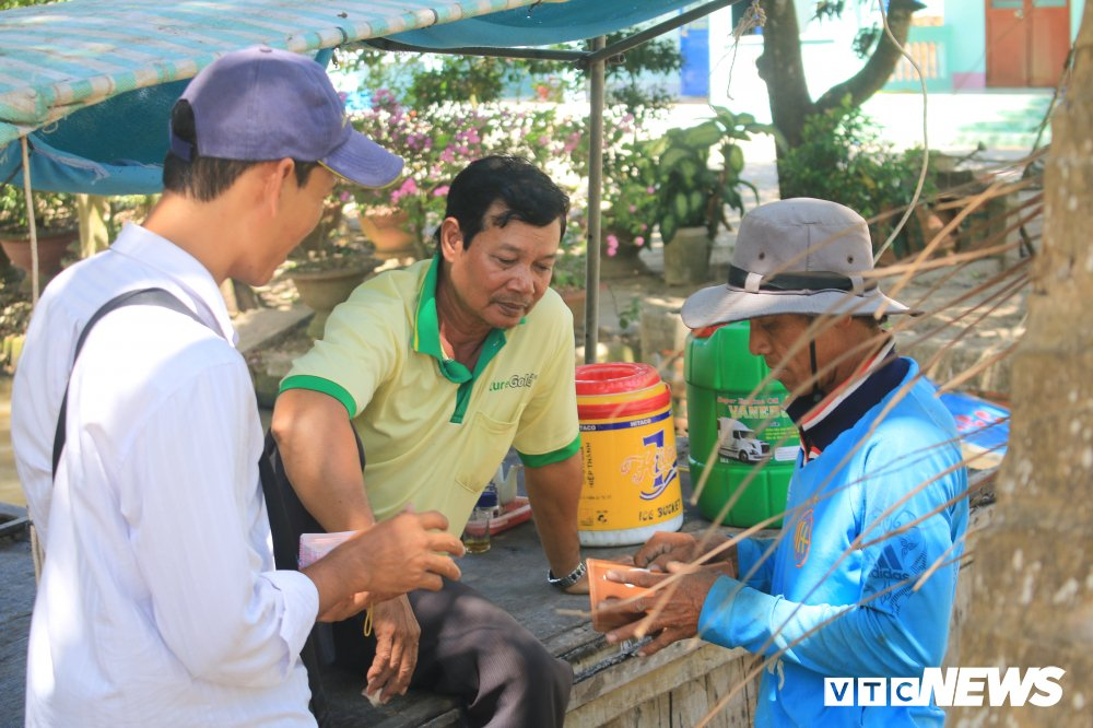 'Ong chu' ban ve so dao o mien Tay thi dau cong chuc: Gioi tieng Anh va Tin hoc hinh anh 2
