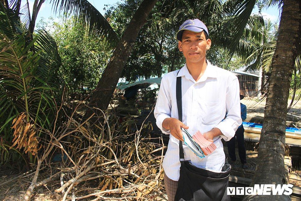 'Ong chu' ban ve so dao o mien Tay thi dau cong chuc: Gioi tieng Anh va Tin hoc hinh anh 1