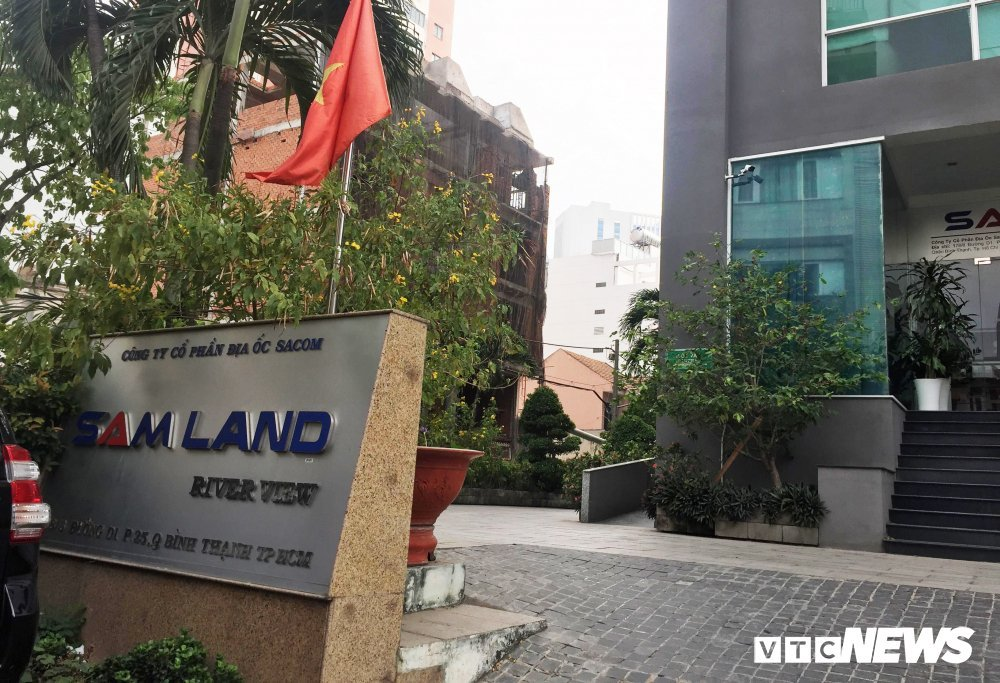 Chung cu Samland Riverview: Canh sat PCCC 'bo tay' voi giai phap treo len mai nha de thoat hiem hinh anh 1