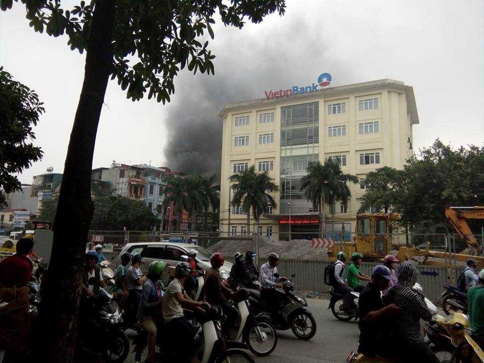 Hà Nọi: Dang cháy lón tren duòng Tràn Khát Chan hinh anh 2