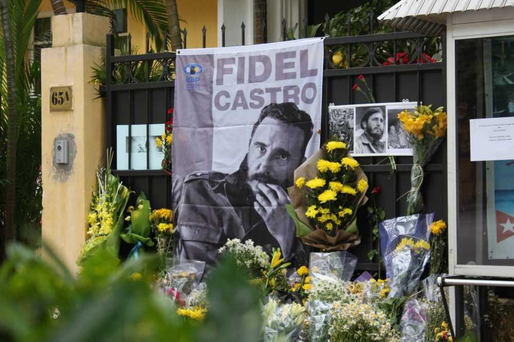 Anh: Ha Noi treo co ru ngay quoc tang tuong nho lanh tu Cuba Fidel Castro hinh anh 8