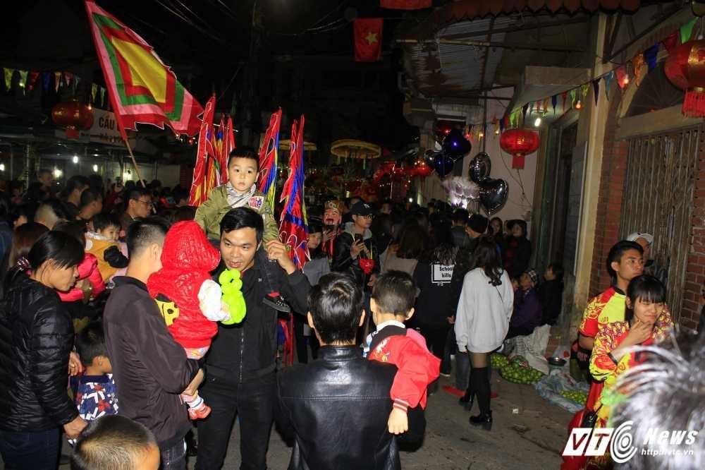 Anh: 'Ong lon' mac 'ao choang' mo mang duoc ruoc khap lang La Phu hinh anh 8